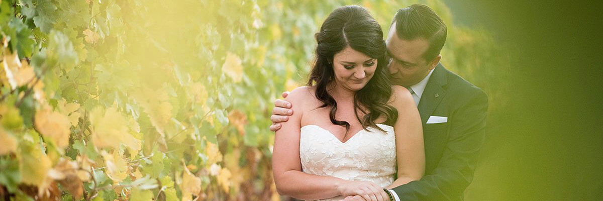 tre posti wedding: bride and groom in the vineyard