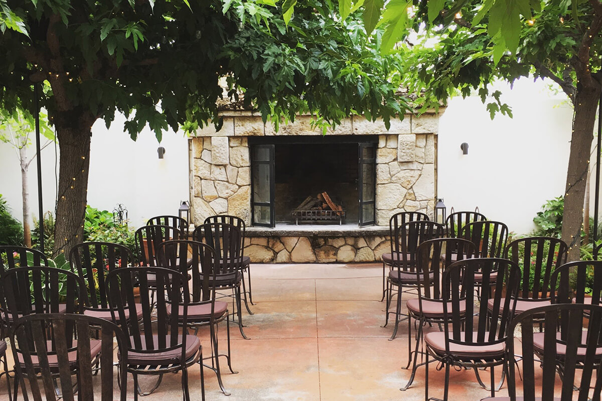 courtyard_chairsfireplace